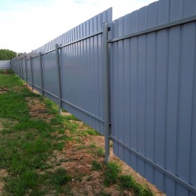 Забор из профилированного листа с винтовыми опорами