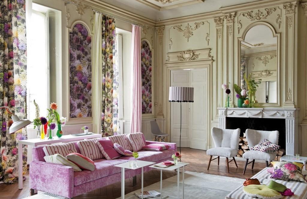 Гостиная в стиле прованс с диваном сиреневого цвета