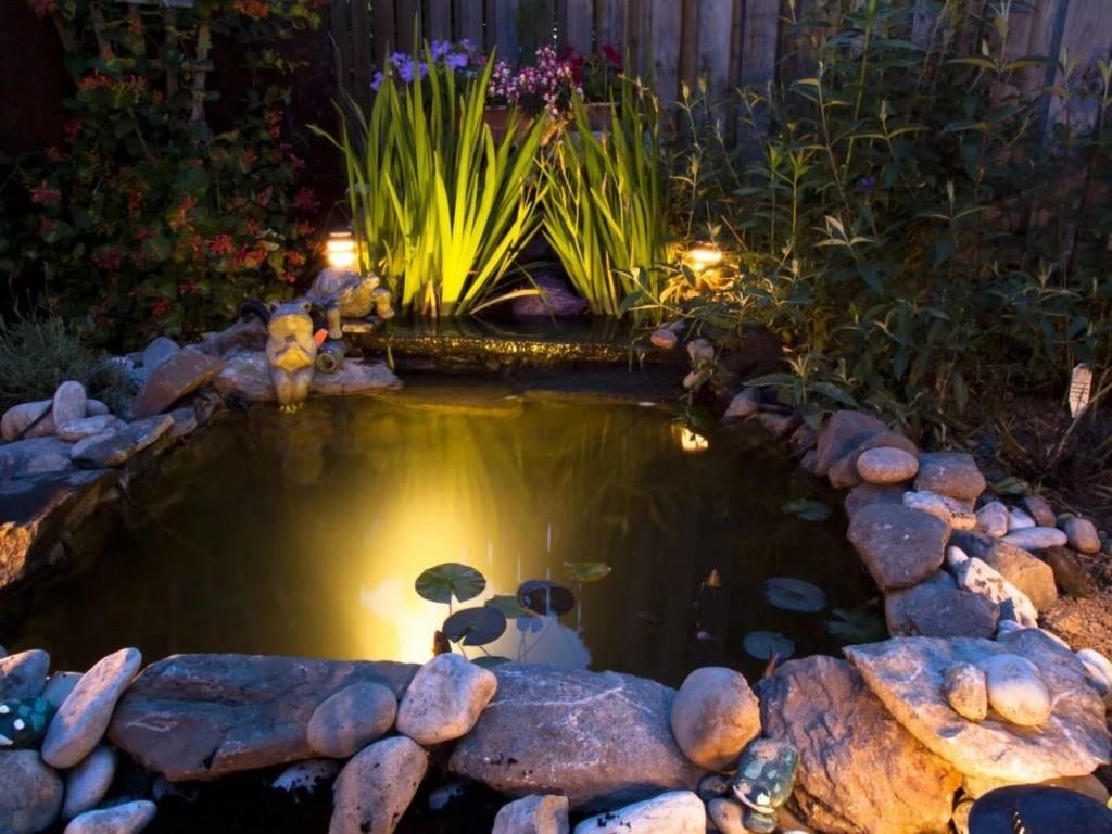 Декоративный пруд с красивой подсветкой