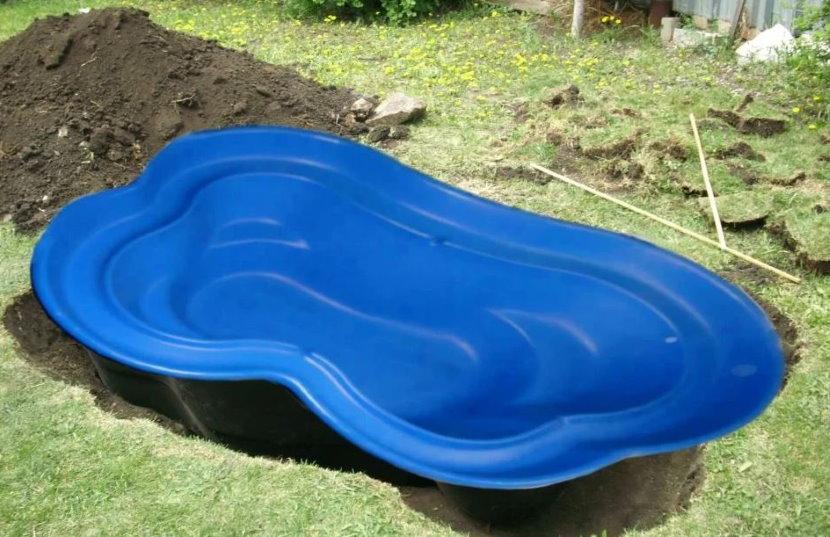 Установка стеклопластиковой чаши для садового пруда