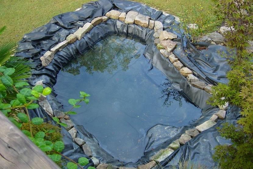 Наполнение водой водоема из каучуковой пленки