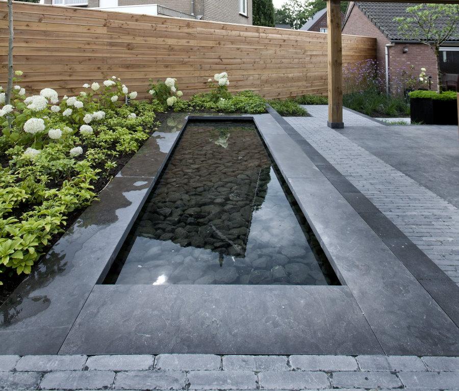 Декоративный водоем с камнями на дне