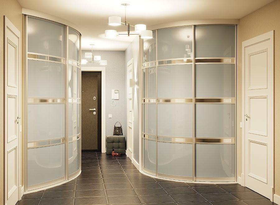 Встроенные шкафы по углам прихожей комнаты