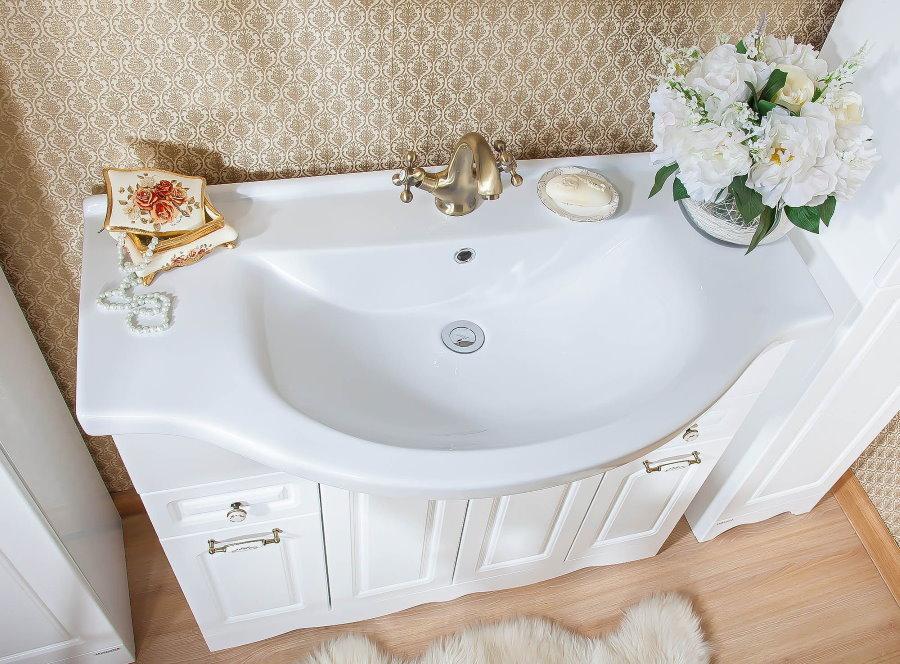 Белый умывальник в ванной классического стиля