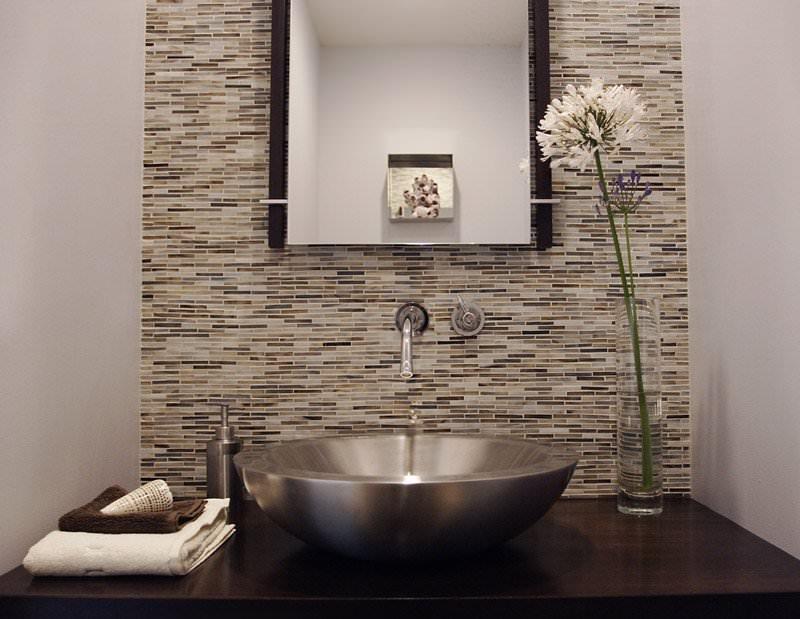 Металлическая раковина в узкой ванной комнате
