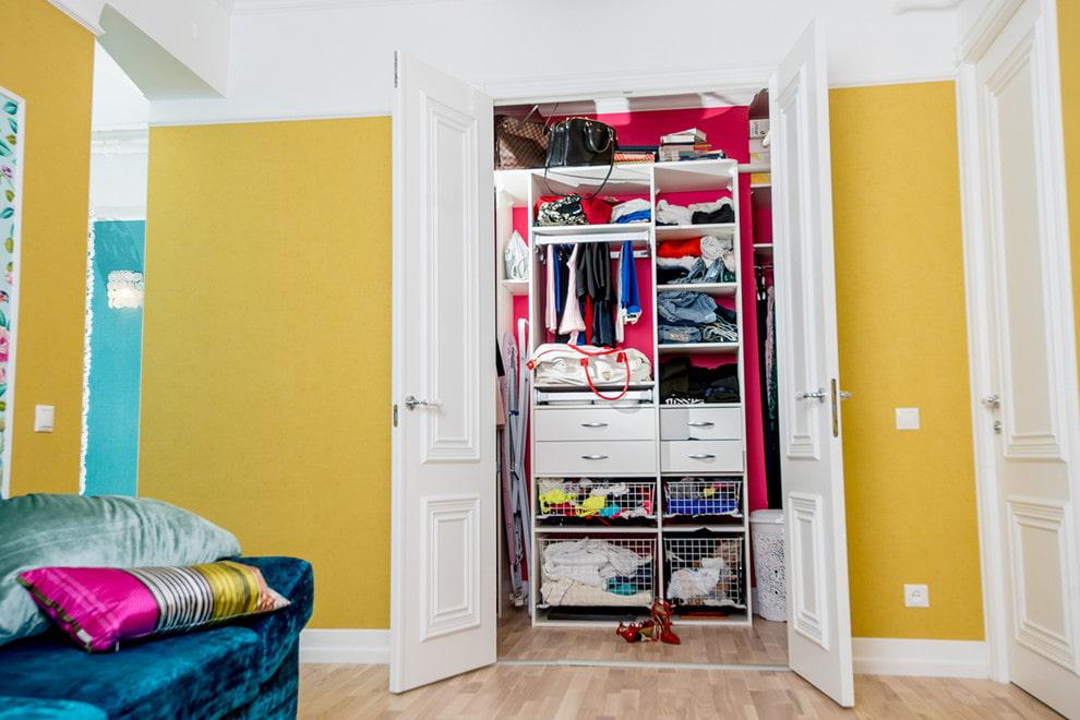 Встроенный гардероб с распашными дверями
