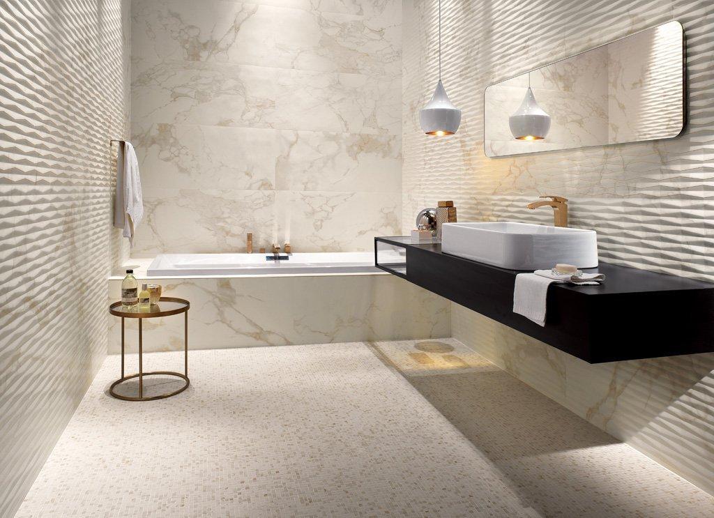 Облицовка стен ванной комнаты плиткой с рельефом