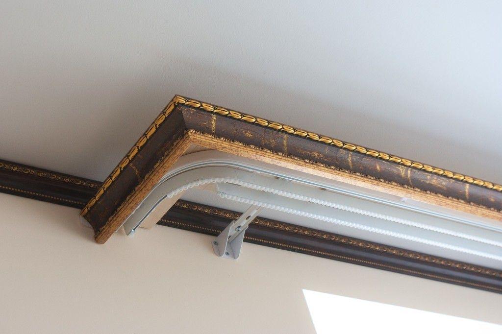 Декоративный багет с креплением на потолке комнаты
