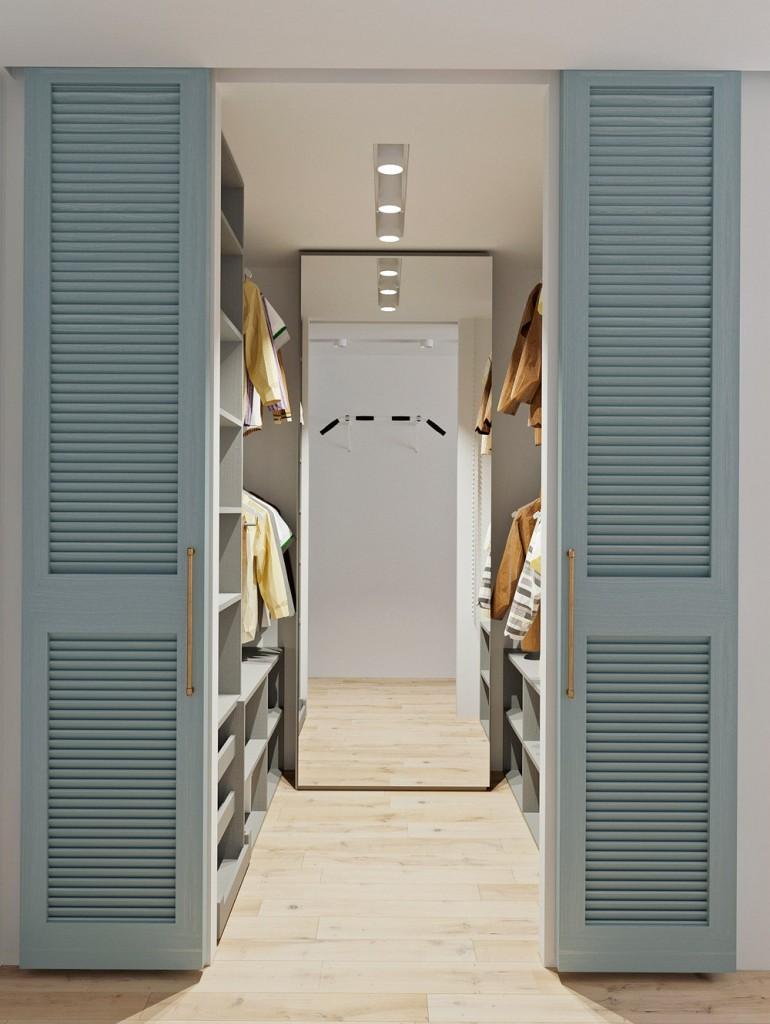 Высокое зеркало на торцевой стене гардеробной