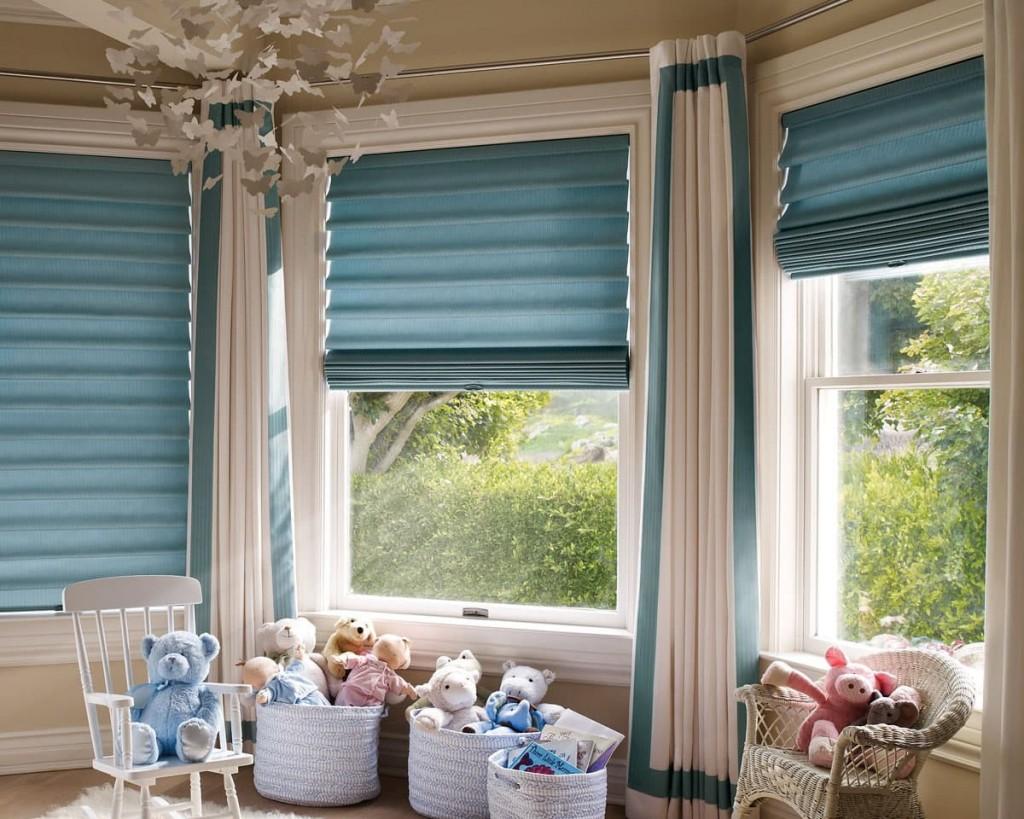 Оформление каскадными римскими шторами окна в детской