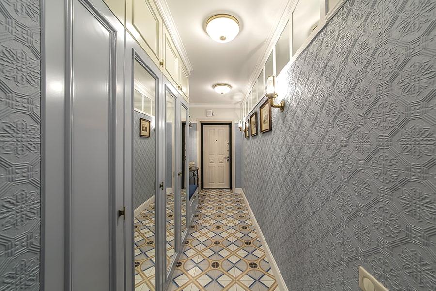 Зеркала во весь рост в узком коридоре с серыми обоями