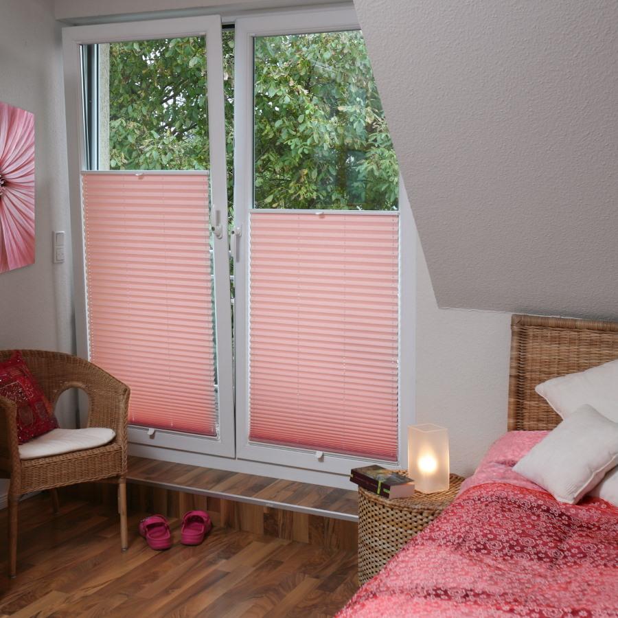 Нежно-розовые шторы плиссе в комнате для девочки