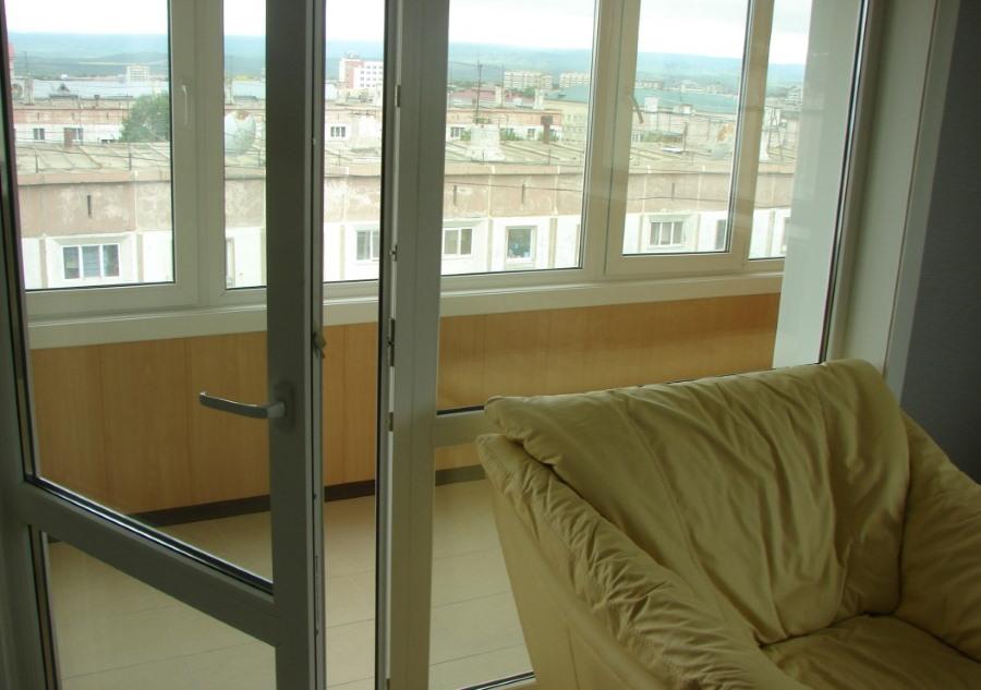 Ручка на распашной двери балконного блока