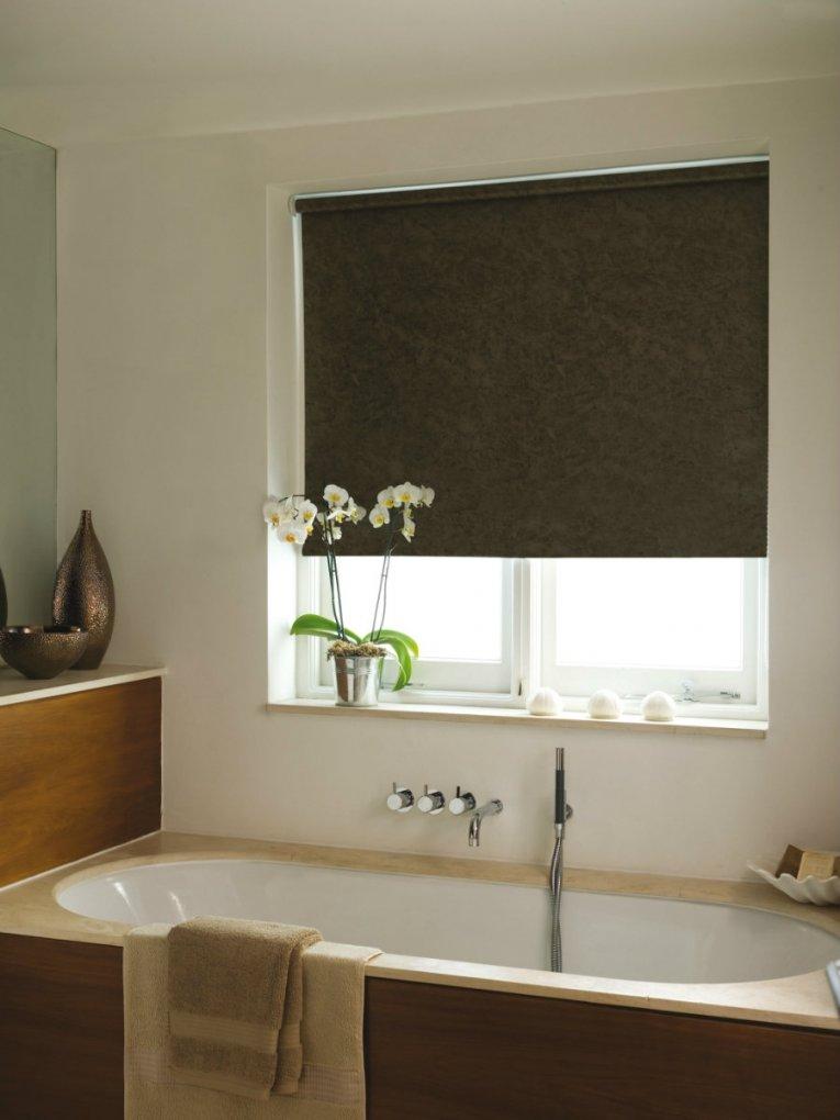 Коричневая рулонная штора в ванной комнате