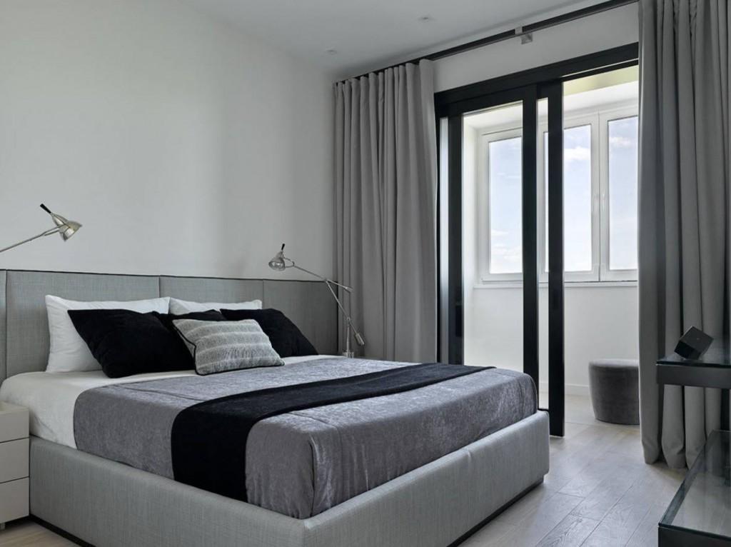 Черные раздвижные двери в спальне с балконом