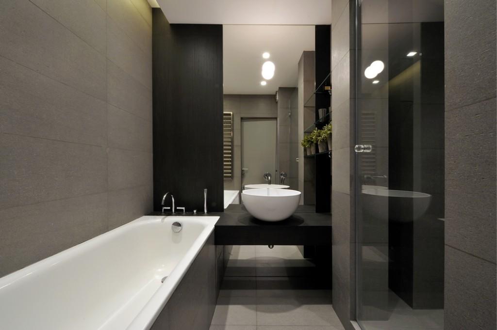 Серый керамогранит на стене небольшой ванной