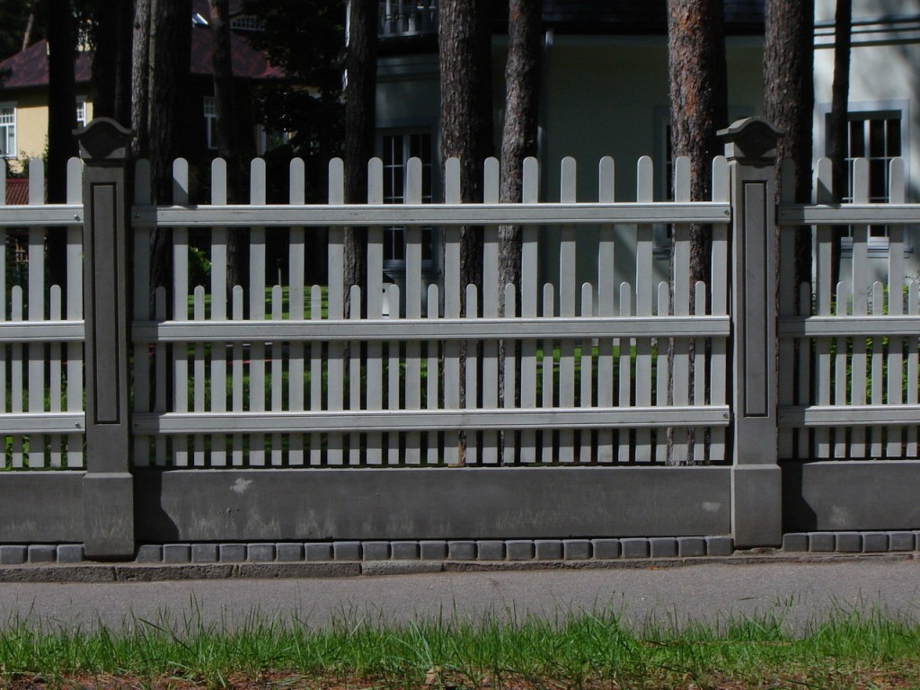 Серый забор на бетонном основании