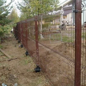 Прозрачный забор из сетки на столбах-винтах