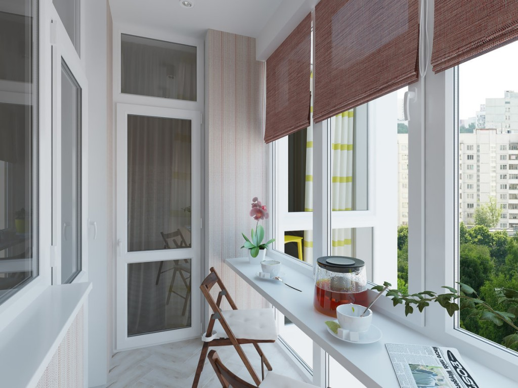 Широкий подоконник белого цвета на балконе