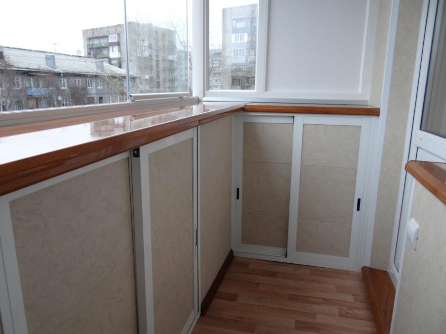 Дополнительные шкафчики на балконе с выносом по плите