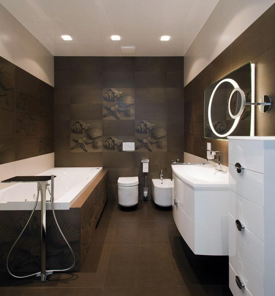 Коричневая плитка с рисунком на стене в ванной комнате