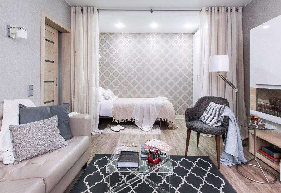 Отделение спальной зоны от гостиной с помощью шторы