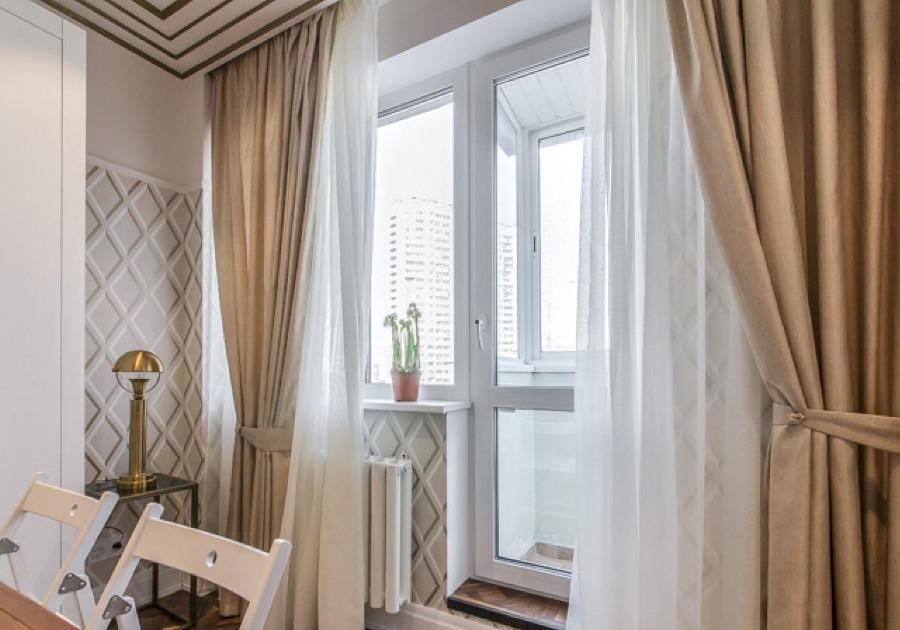 Оформление шторами окна с балконной дверью