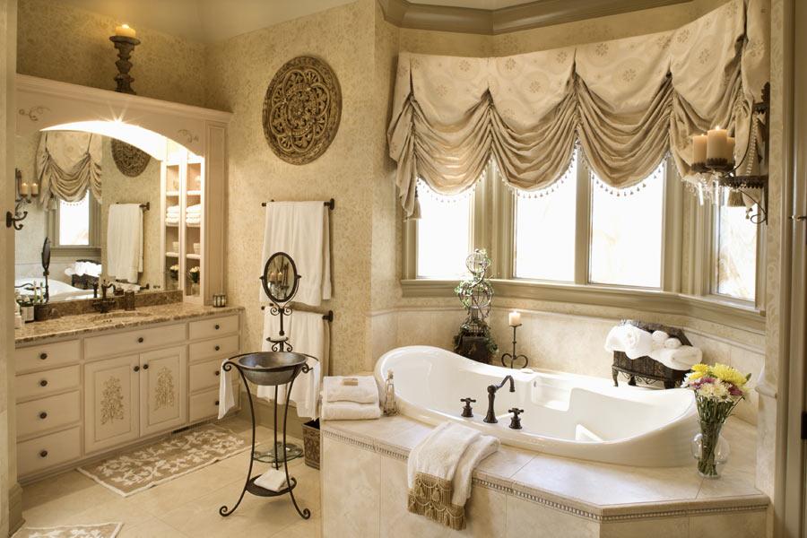 Декорирование окна в ванной в стиле классики