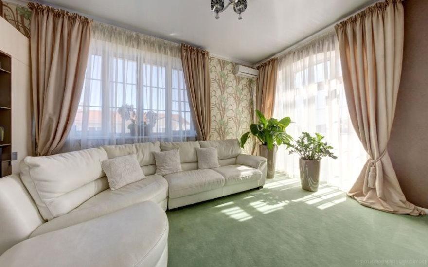 Шторы в пол в угловой гостиной с двумя окнами