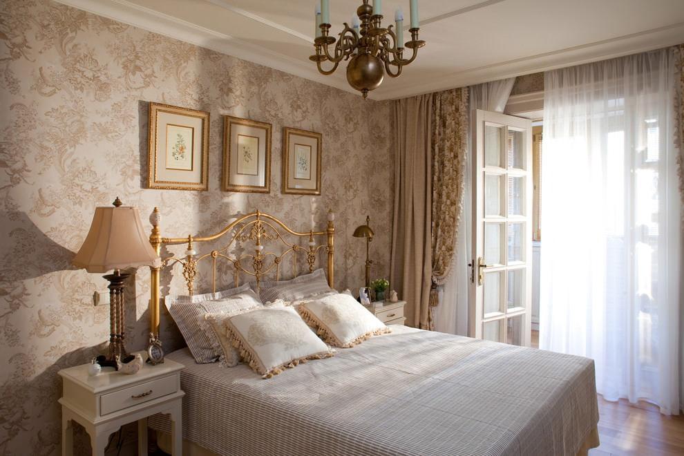 Классические шторы в интерьере спальной комнаты