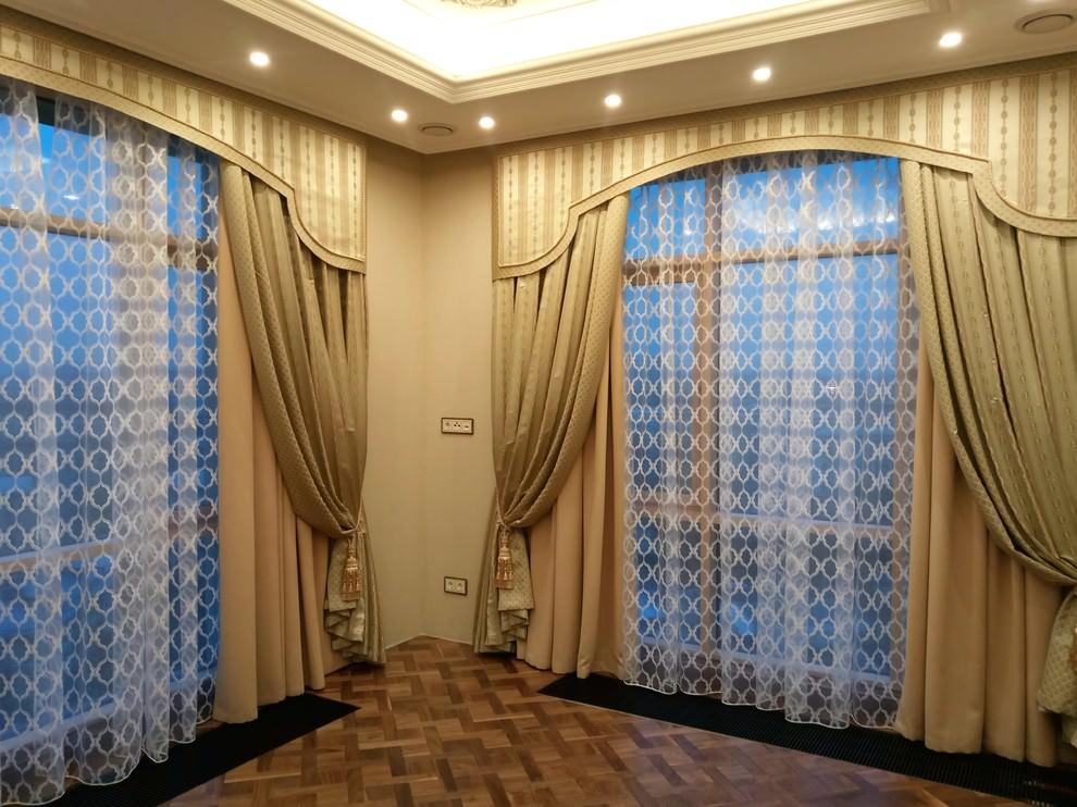 Декор окон в зале занавесями с ламбрекеном