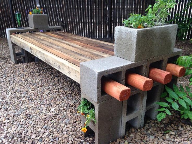 Скамейка из пустотелых блоков с деревянным сидением