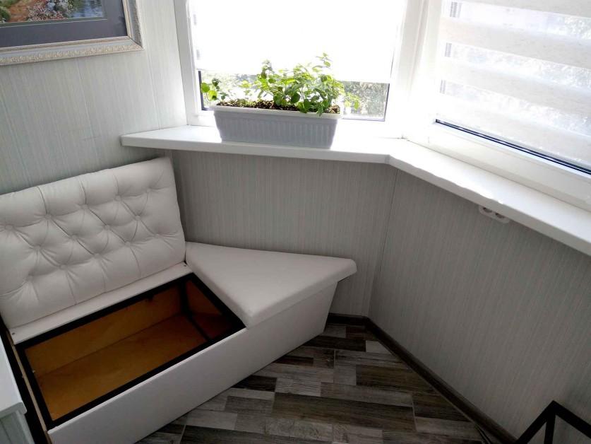 Мягкая скамейка с ящиком на лоджии с выносом