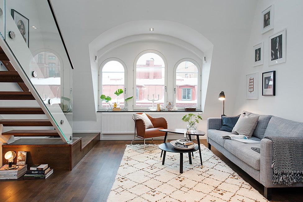 Гостиная зона в двухуровневой квартире скандинавского стиля