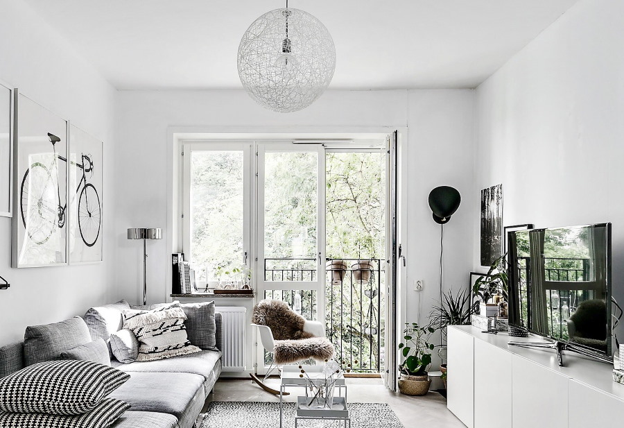 Белый балконный блок в светлой гостиной