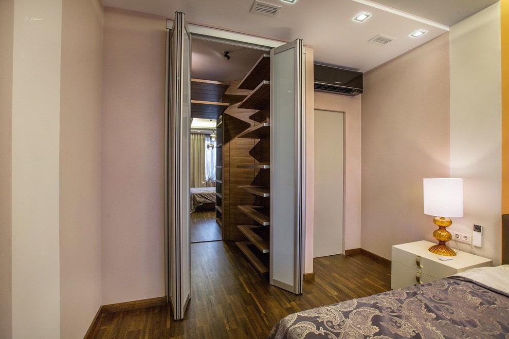 Двери-гармошки в гардеробной 3 кв метра