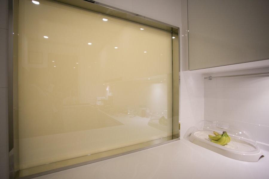 Смарт-стекло в большом окне над ванной