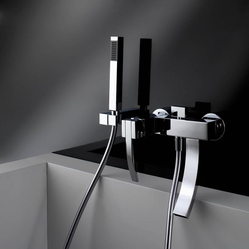 Минималистический смеситель на серой стене ванной комнаты