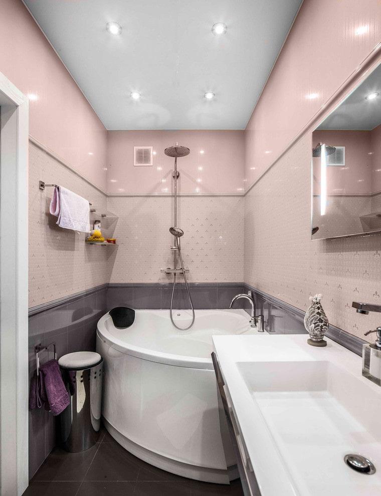 Розовые стены в компактной ванной