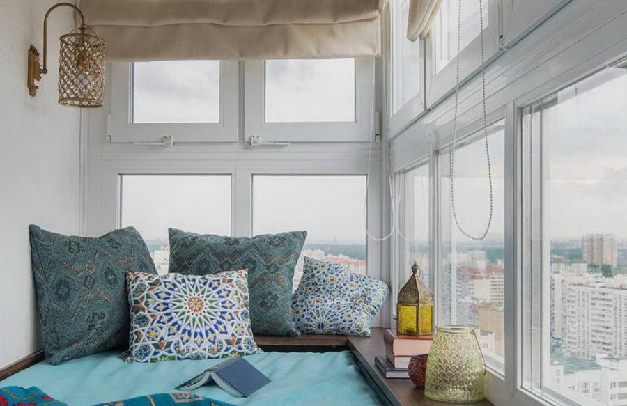 Спальное место в интерьере застекленного балкона