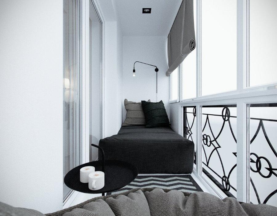 Узкая кровать на панорамном балконе в квартире