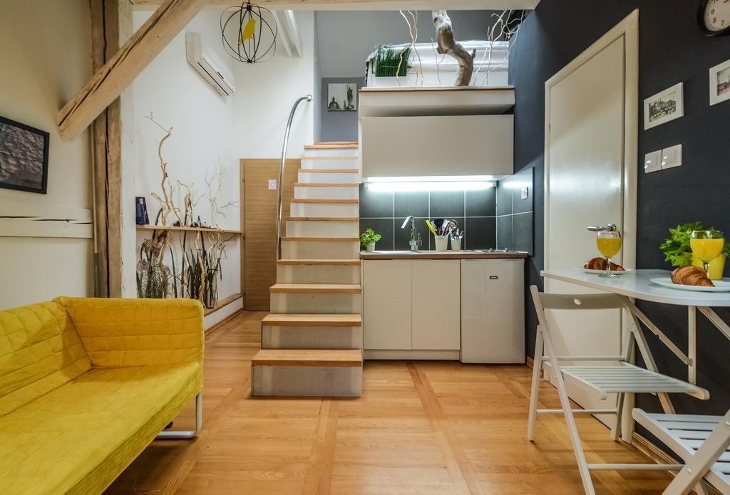Прямая лестница в компактной квартире-студии