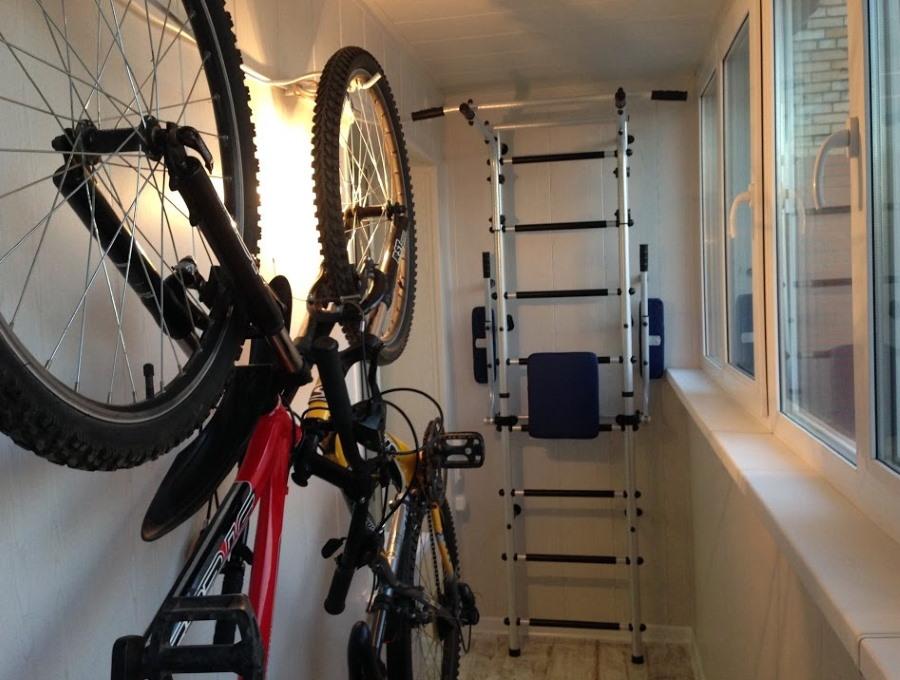 Хранение велосипеда на стене лоджии