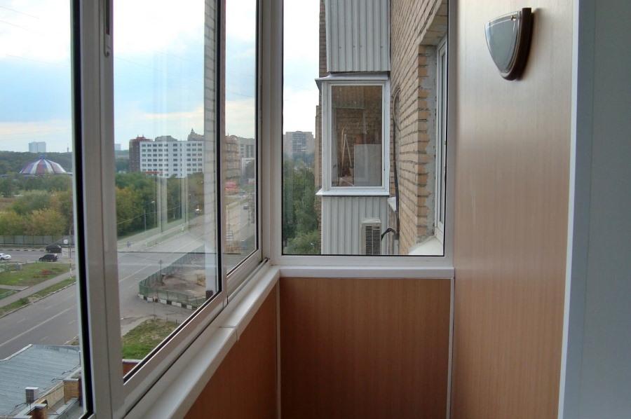 Стандартные окна на узком балконе без выноса