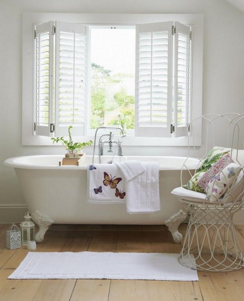 Деревянные ставни на окне ванной в стиле прованс
