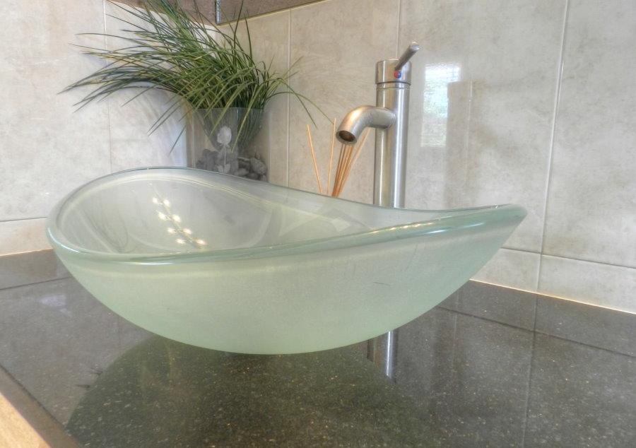 Стеклянная чаша накладной раковины в ванной