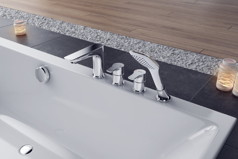 Смеситель с коротким изливом на бортике ванны