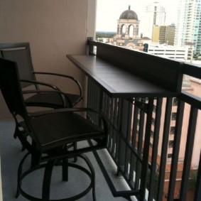 Мобильный столик на перилах балкона