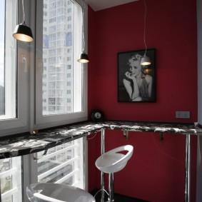 Удобная барная стойка в интерьере балкона