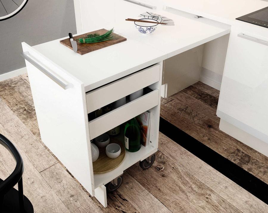 Выкатной стол с полками для хранения продуктов